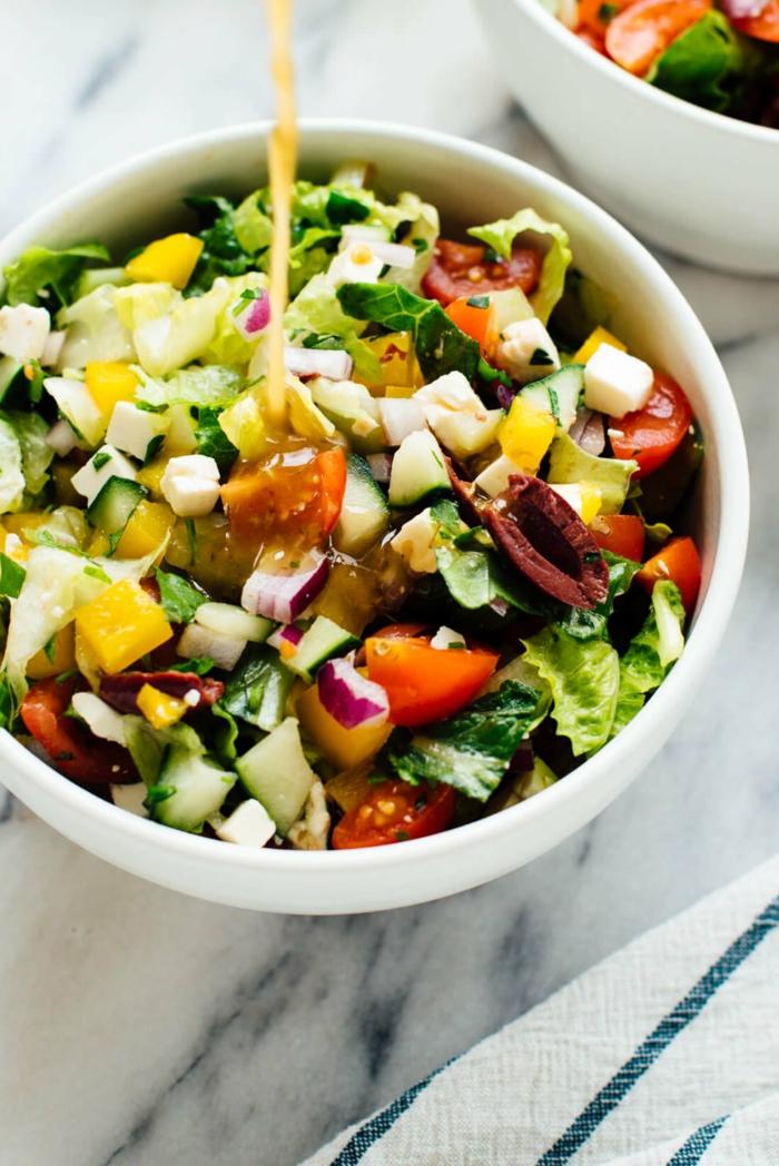 Partysalate lecker und schnell, Zitrone Dressing, Tomaten, Zwiebel und Gurken