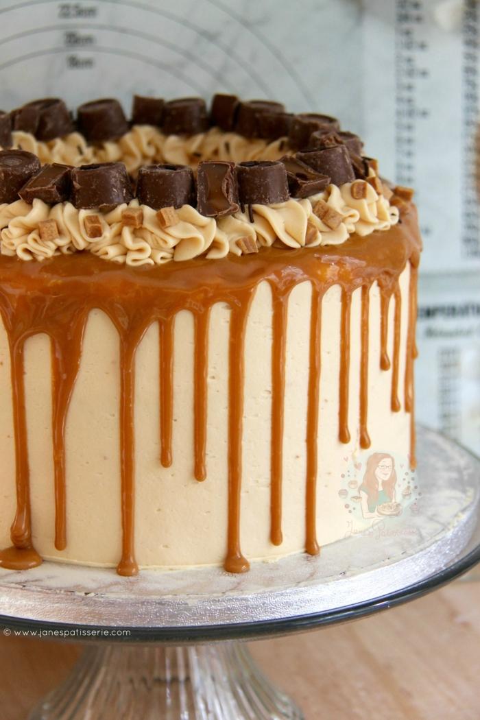 ein Toffifee Kuchen aus Käse, Karamell und Schokolade Pralinen, silberner Ständer