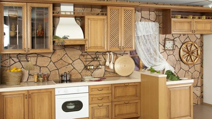 eine braune Wand mit Natursteinoptik, weiße Girlande, Küchenwand dekorieren