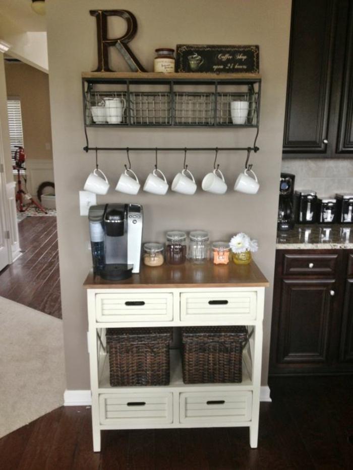 sechs weiße Tassen, ein vintage Regal, Küchenwand mit ausgefallener Dekoration