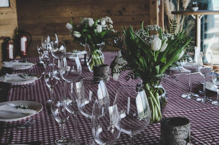 rustikale Tischdeko, Kommunion Dekoration mit weißen Tulpen, rote Tischdecke