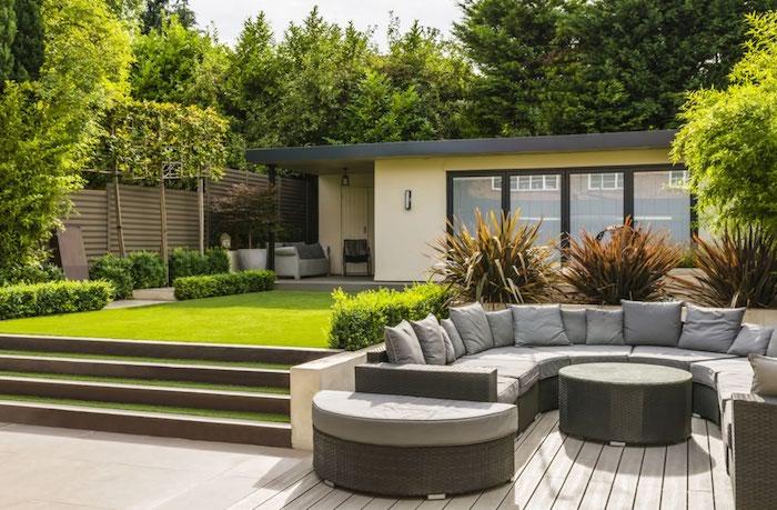 kleingarten gestalten, polstermöbel, runder sofa mit grauen sitzkissen, modernes haus