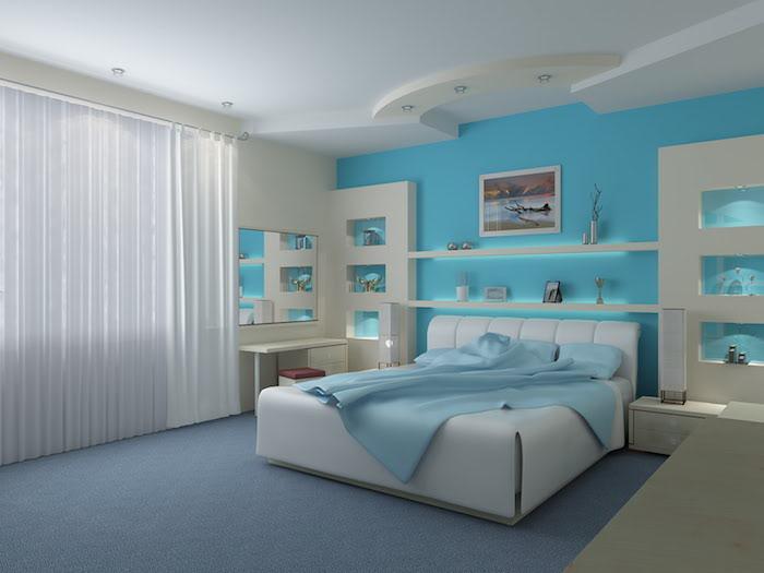 eine große blaue wand und ein großes weißes bett mit weißen kissen, ein kinderzimmer einrichten, vasen aus metall und mit pflanzen, ein schlafzimmer mit einem fenster und lampen