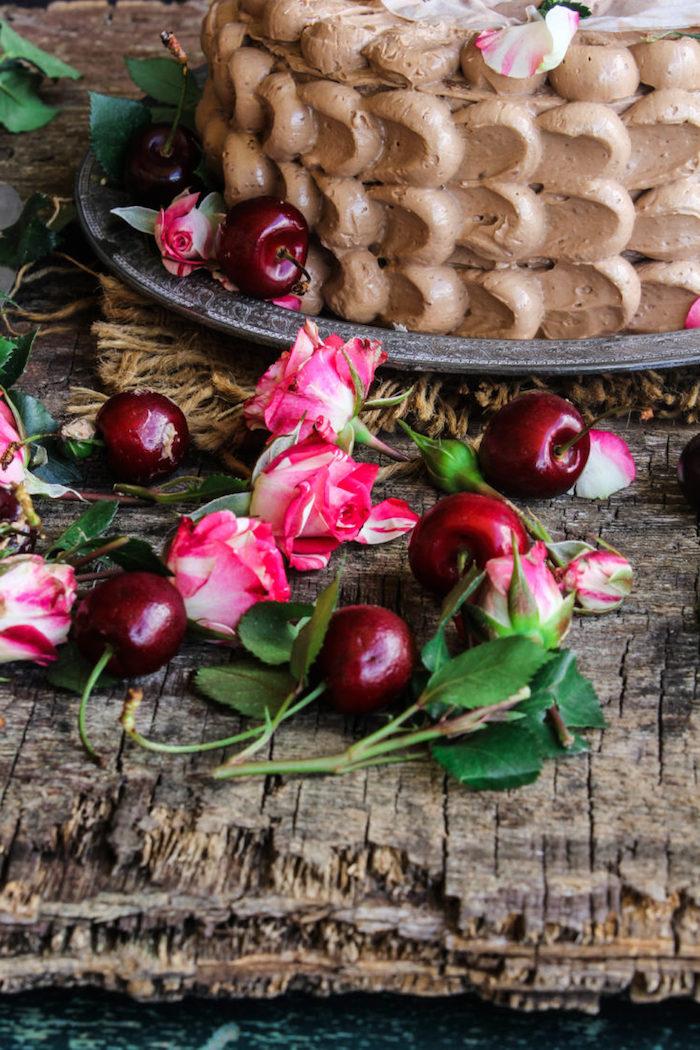 Torte mit Buttercreme Kirschen und echten Blüten dekorieren, schöne Idee zum Nachmachen