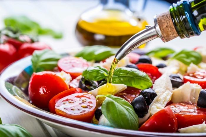 grichischer Salat, schnelle Salate, kleine rote Kirschtomaten, Olivenöl