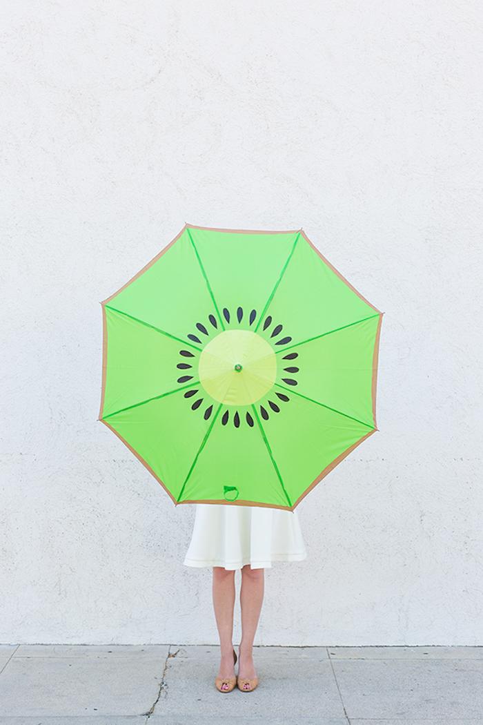 Kiwi Regenschirm, aus grünem Stoff, coole DIY Idee, Frau mit weißem Kleid