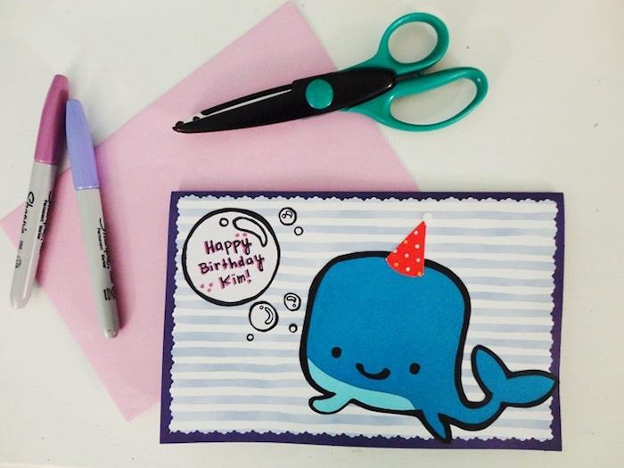klappkarte basteln, schere, lila farbstifte, rosa papier, wal zeichnen, roter partyhut, blasen