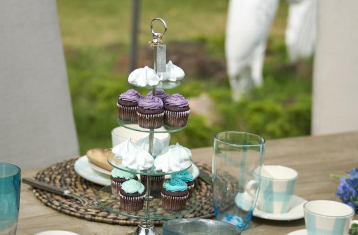Cupckes mit Glasur in lila und blaue Farbe auf einen Ständer, Kommunion Dekoration