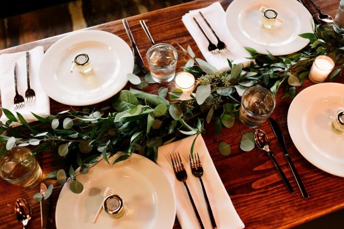 Zweige von Olibenbaum statt Tischläufer, Kommunion Dekoration, weiße Servietten