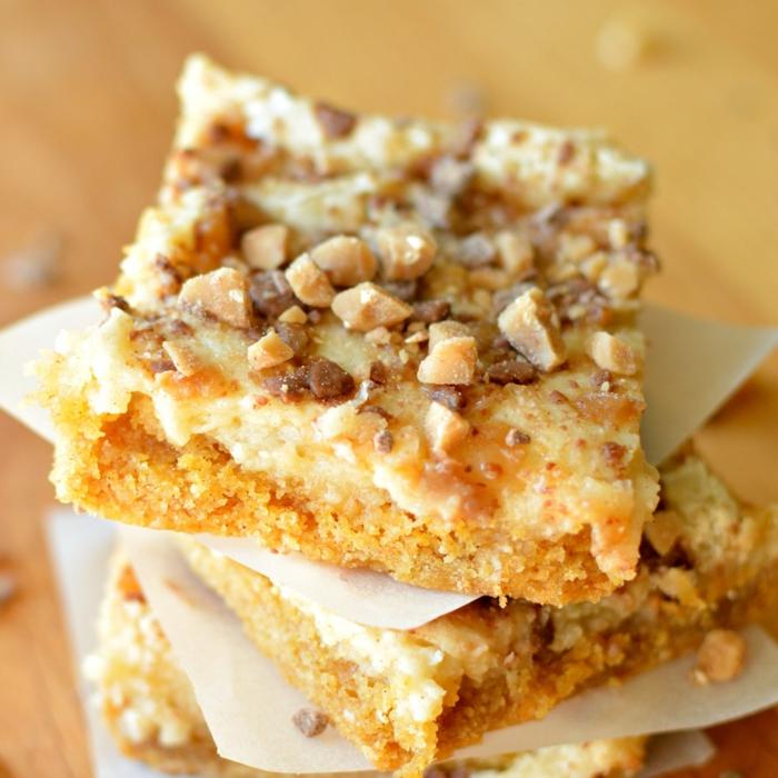 drei Stücke Toffifee Kuchen, gany süß aussehend, kleine Brocken von Toffifee als Verzierung