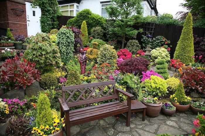 kleingarten gestalten, sitzbank aus holz, keramische blumentöpfe, gartenpflanzen