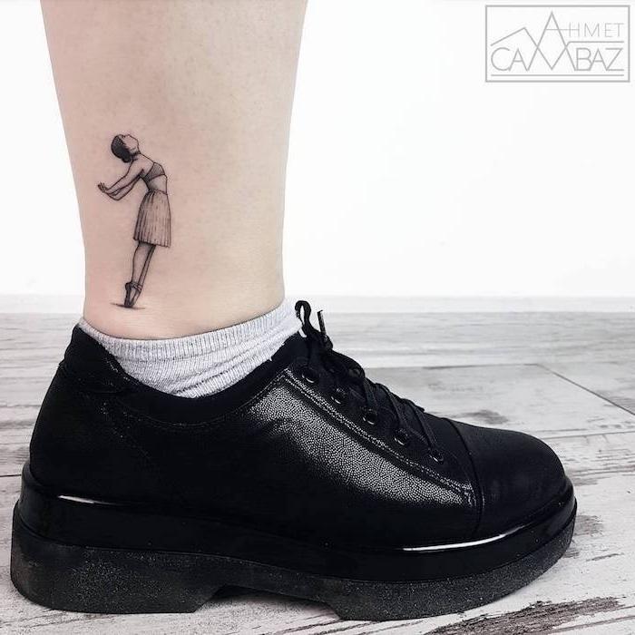 Tattoo Motiv für Frauen, kleine Ballerina sich stechen lassen, schwarze Snekaer