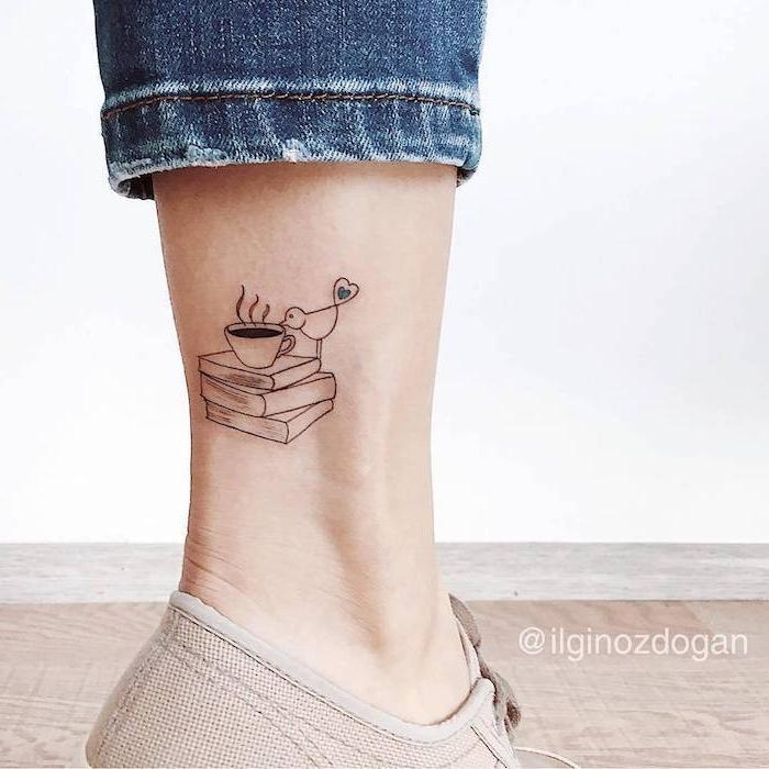 Kleines Tattoo an der Wade, Vogel Kaffee und drei Bücher, dunkelblaue Jeans
