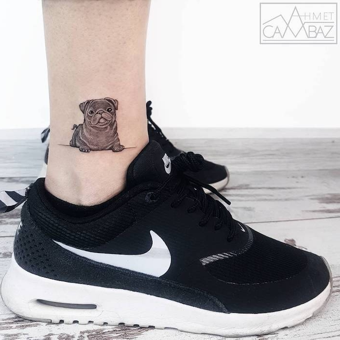Kleines Hund Tattoo, Ideen für Bein Tattoos, schwarze Nike Sneaker