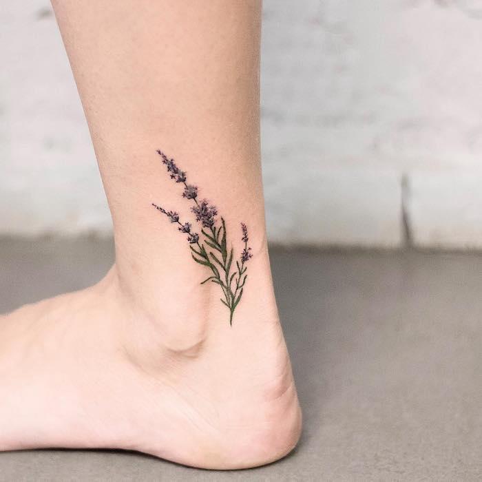 Blumen Tattoo am Knöchel, zarte weibliche Tattoo Motive, farbige Blume in Lila und Grün