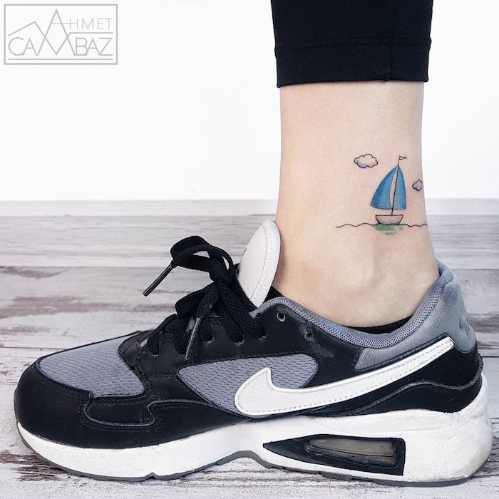 Kleines Bein Tattoo für Frauen, Boot mit blauen Segeln, Wasser und kleine Wolken
