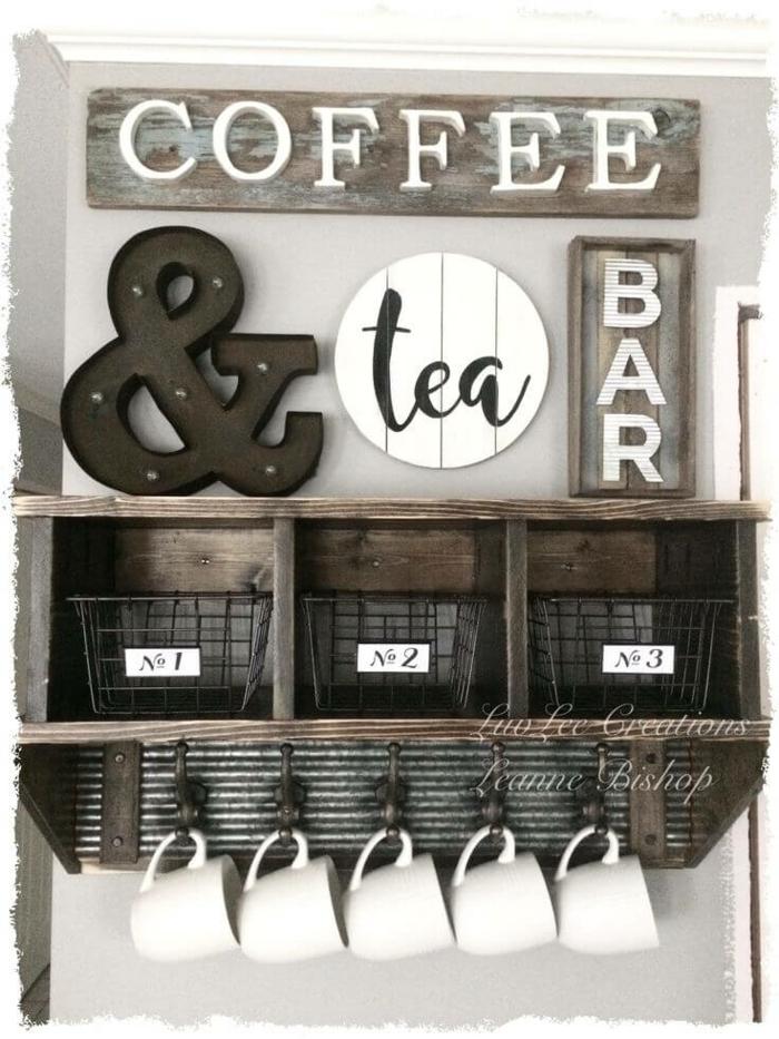 schlau gestaltete Küchenwand, Aufschrift Koffee und Tee, weiße Tassen, die hängen