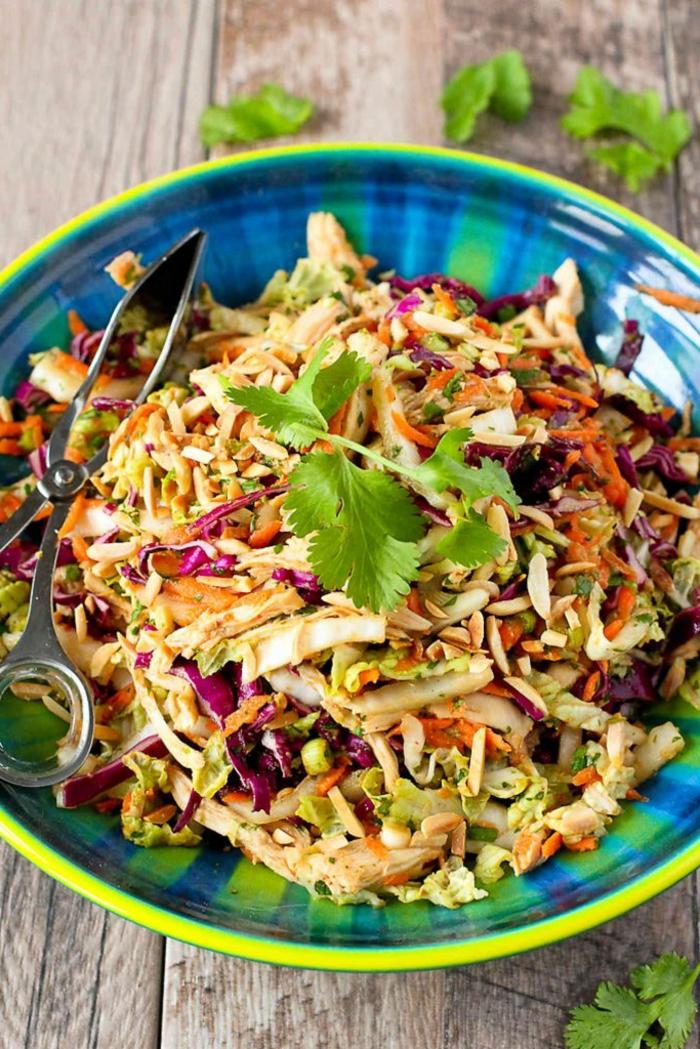 bunter Salat aus verschiedenen Kohlsorten, Petersilie als Verzierung, Partysalat schnell und lecker
