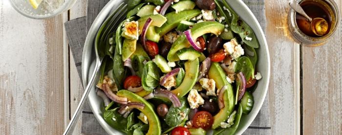 avocado salat, gerichte ohne kohlenhydrate, käse, tomaten, oliven, petersilie, spinat