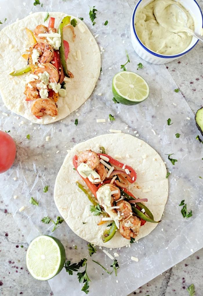 schnelle low carb rezepte, rezeptidee, garnellen, frisches gemüse und tortillas mit zitronen und hummus
