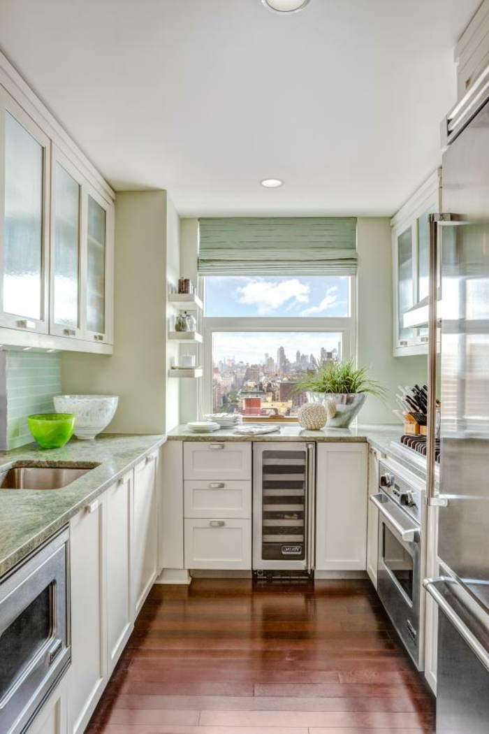 Laminat Boden in brauner Farbe, weiße Regale, eine winzige Küche, Zimmer einrichten Ideen