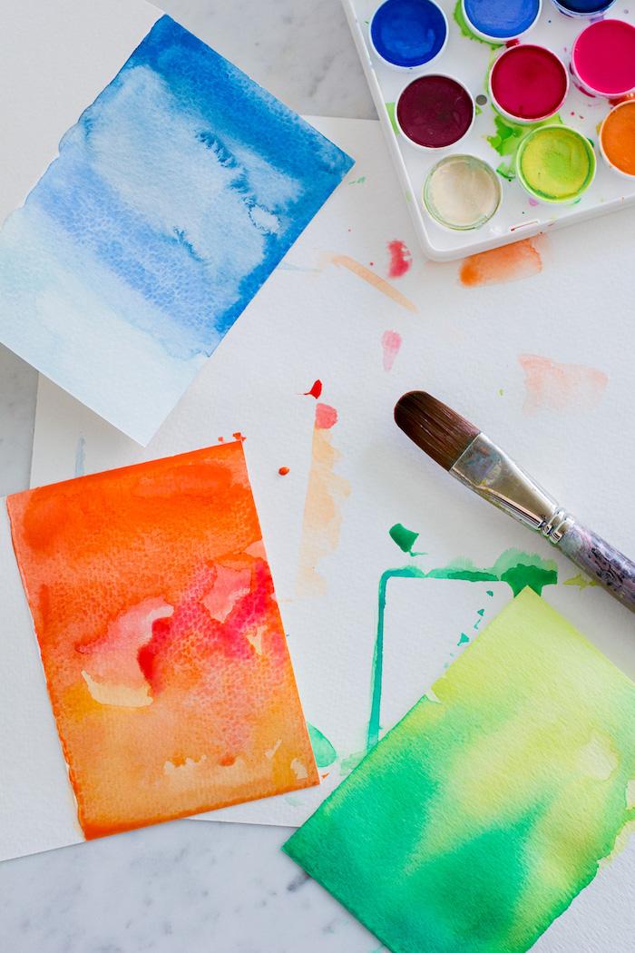 kreative geburtstagskarten basteln, weißes papier mit wasserfarben bemalen, pinsel, bunte karten
