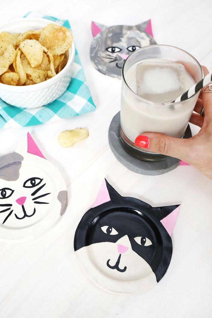 Katzen Teller selber basteln und bemalen, Chips in weißer Schale, Milch mit Eis