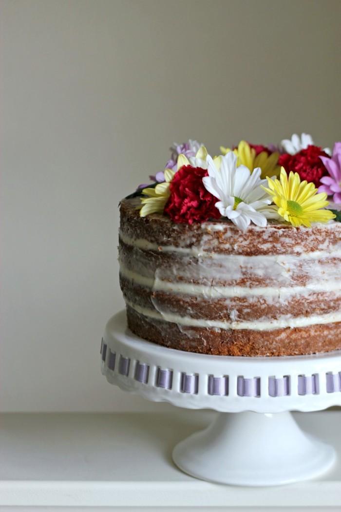 Torte mit Buttercreme und bunten echten Blüten, Idee für selbstgemachte Geburtstagstorte