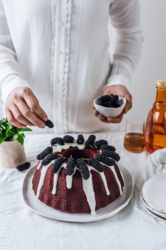 Kuchen mit Maulbeeren dekorieren, einfaches und schnelles Rezept für Nachtisch