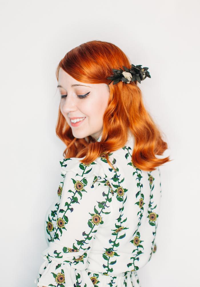 kurzhaarfrisuren locken, mittellange kupferfarbene haare, kopfshcmuck mit blumen, weißes kleid mit sonnenblumen motiv