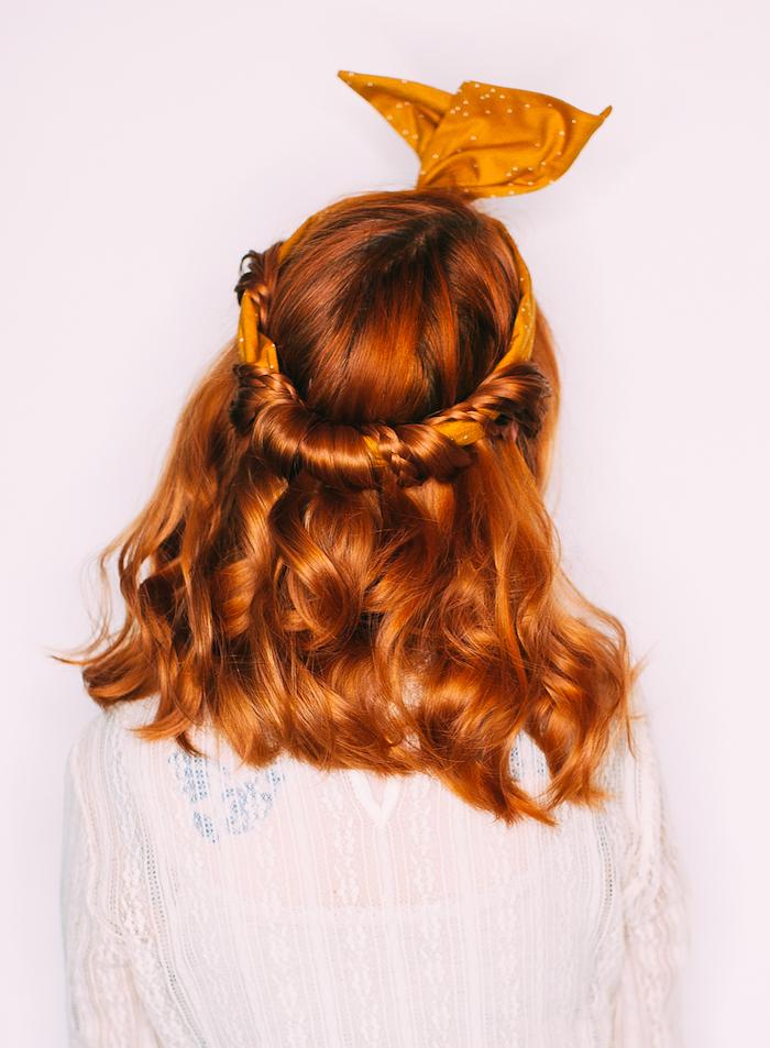 kurzhaarfrisuren locken, bandana frisur selber machen, kurferfarbene haare, rot, mittellang