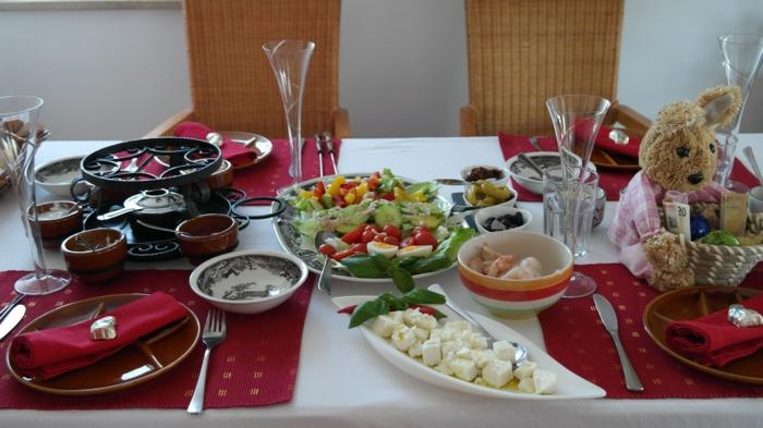 ein schön gedeckter Tisch, Tischdekoration Kommunion, rote Servietten