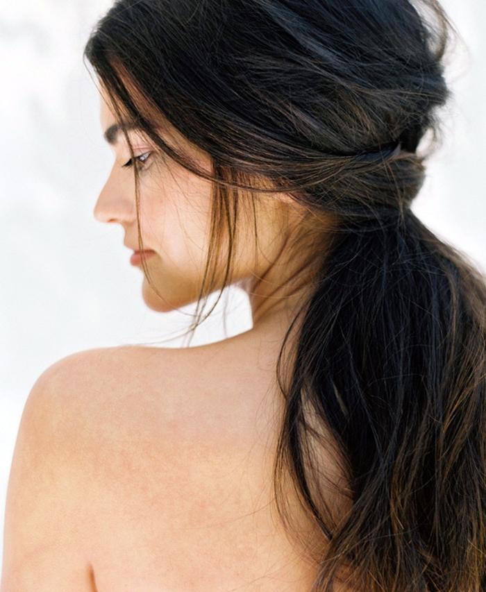 lockige haare, frau mit dunkelbraunen haaren, tiefer pferdeschwanz binden, einfache frisuren