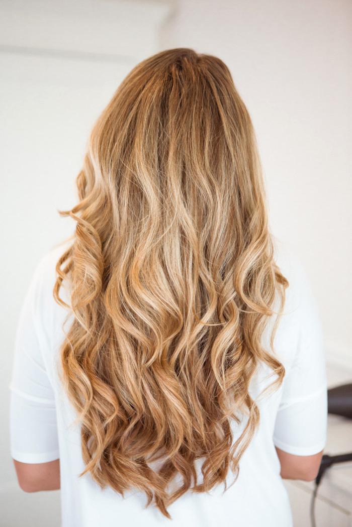 lange blonde lockige haare, frau mit weite weiße bluse, locken mit lockenstab richtig machen