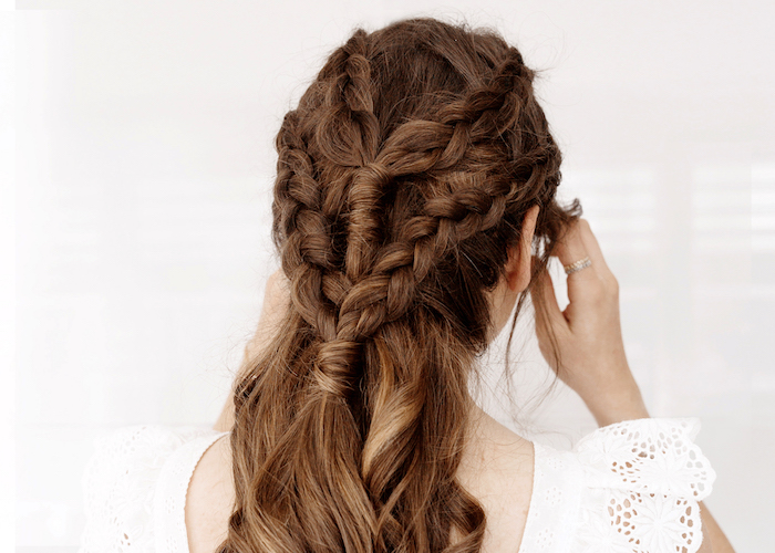 lockige haare flechten, braune haare mit karamellfarbenen nuancen, game of thrones frisur, anleitung