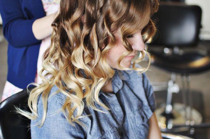 lockige haare, balayage braun, braune haare mit blonden spitzen, blaues hemd, haare locken ohne lockenstab