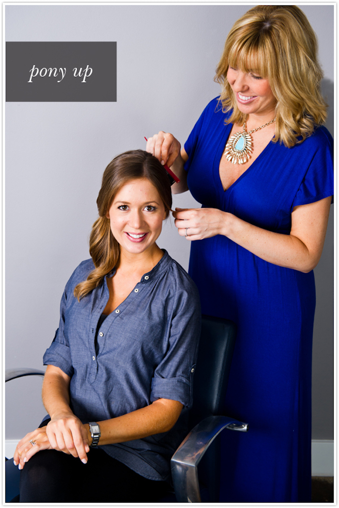 locken frisur, frisuren zum selbermachen, dunkelblaues langes kleid, ponyfrisur, blonde haare