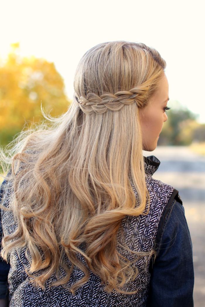 locken frisuren halblang, lange blonde haare, alltagsfrisur mit zopf, halboffene frisur
