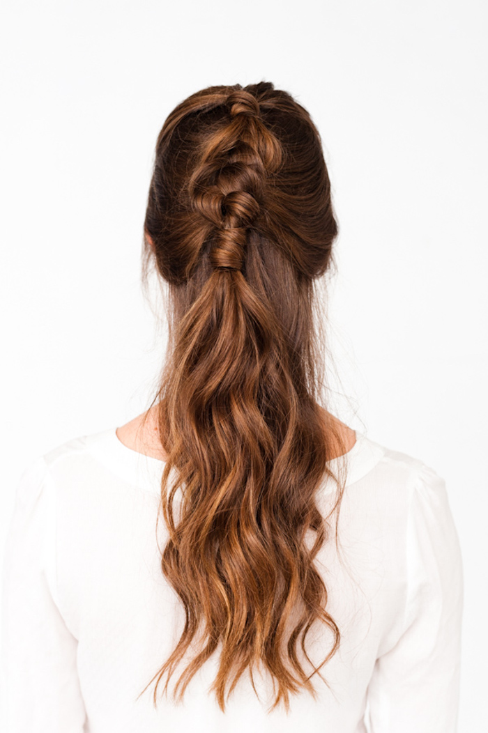 locken frisuren halblang, weiße bluse, mittellange karamellbraune haare, halber pferdeschwanz