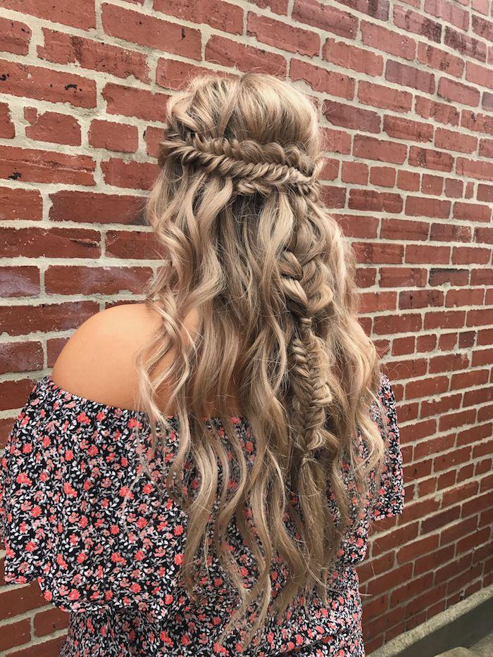 locken selber machen, weite bluse mit blumen motiv, lange honigfarbene haare, flechtfrisur im hippie stil