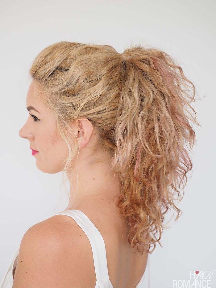 locken selber machen, weiße bluse, pferdeschwanz binden, blonde haare it rosa spitzen