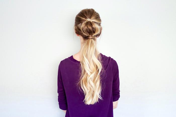 lockige haare, frau mit lila bluse, halber pferdeschwanz, einfache frisuren für den alltag