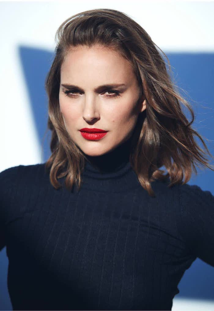 natalie portman, schwarzer pulli, long bob gesichtsform, roter lippenstift, trendige haarschnitte