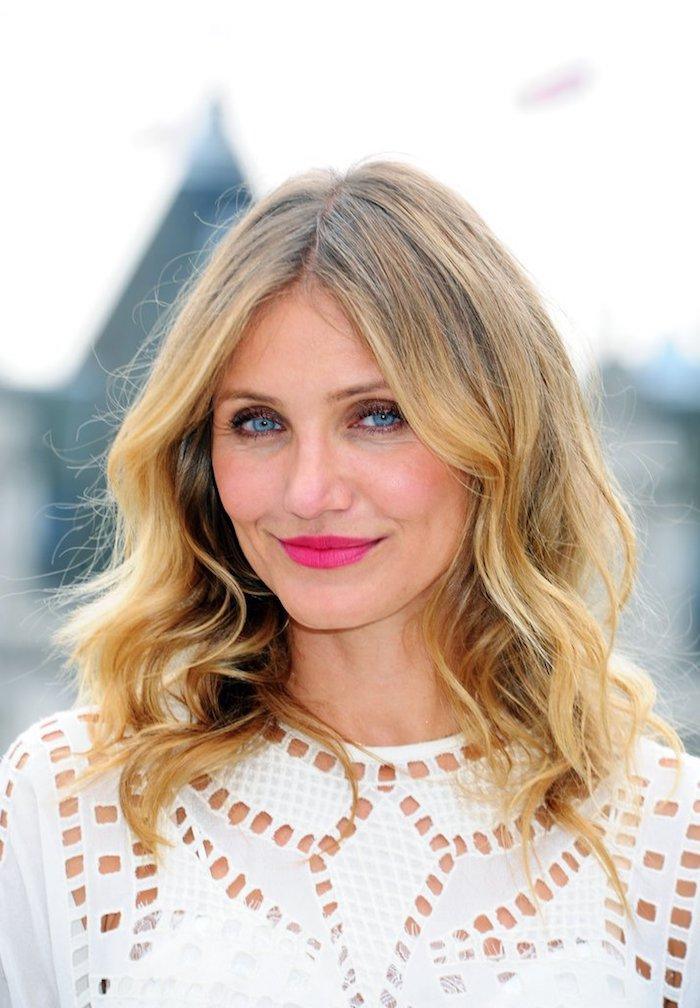 long bob gesichtsform, rosa lippenstift, blonde lockige haare, blaue augen, trendige haarfarben