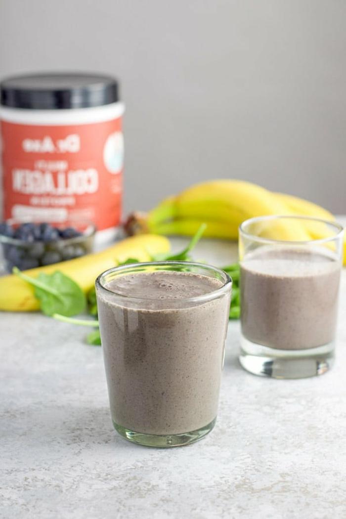 rezepte ohne kohlenhydrate, smoothie selber zubereiten, proteinpuder, banane, ein glas mit eiweißshake