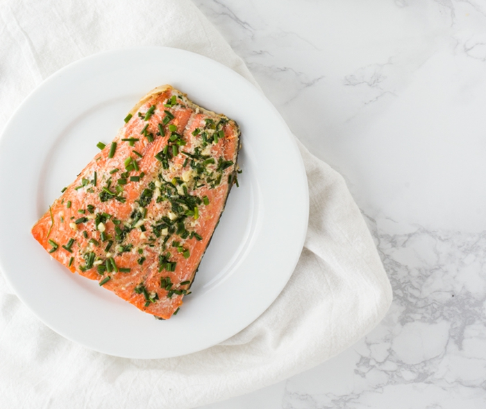 rezepte ohne kohlenhydrate, fleisch. fisch. lachsstück mit kräuter und gewürzen im backofen backen, lachs