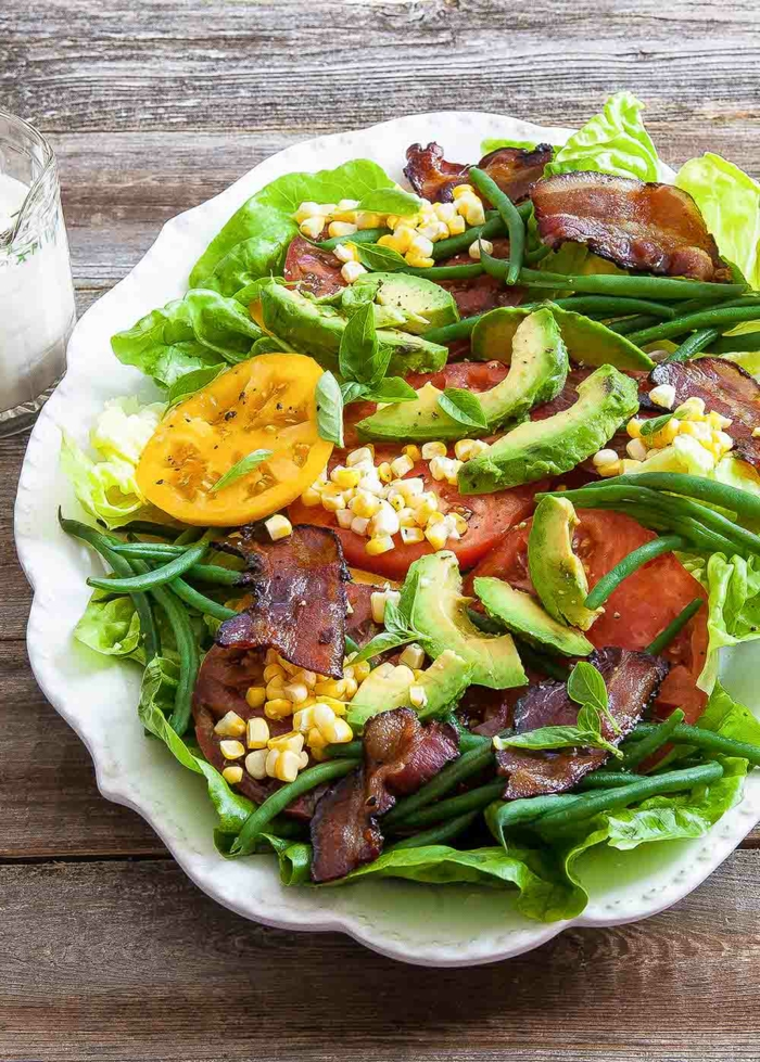 weiße Soße, Kirschtomate, Avocado, Korn, Becon Streifen, gesunde Salate
