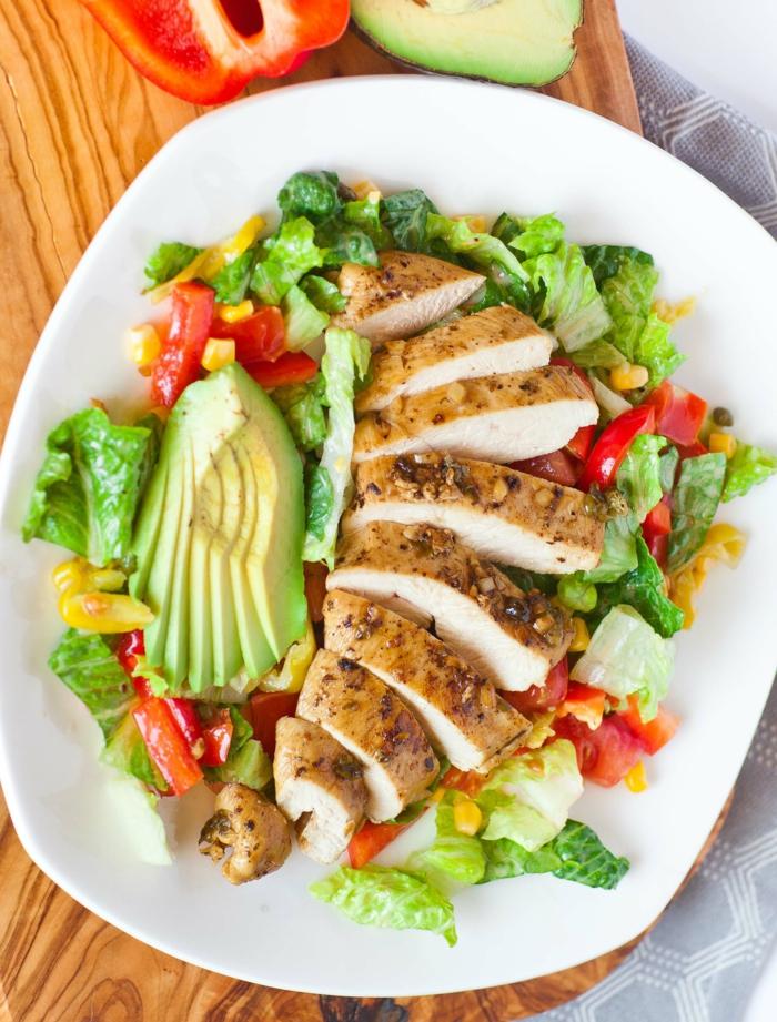 ein gebratener Hähnchenzweig, Avocado auf Scheiben, Paprika, gesunde Salate