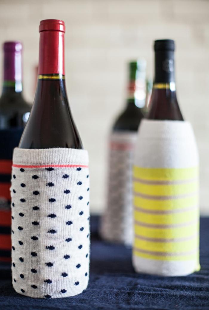 eine Menge Flaschen mit alten Socken verpacken, Flaschen als Geschenk verpacken
