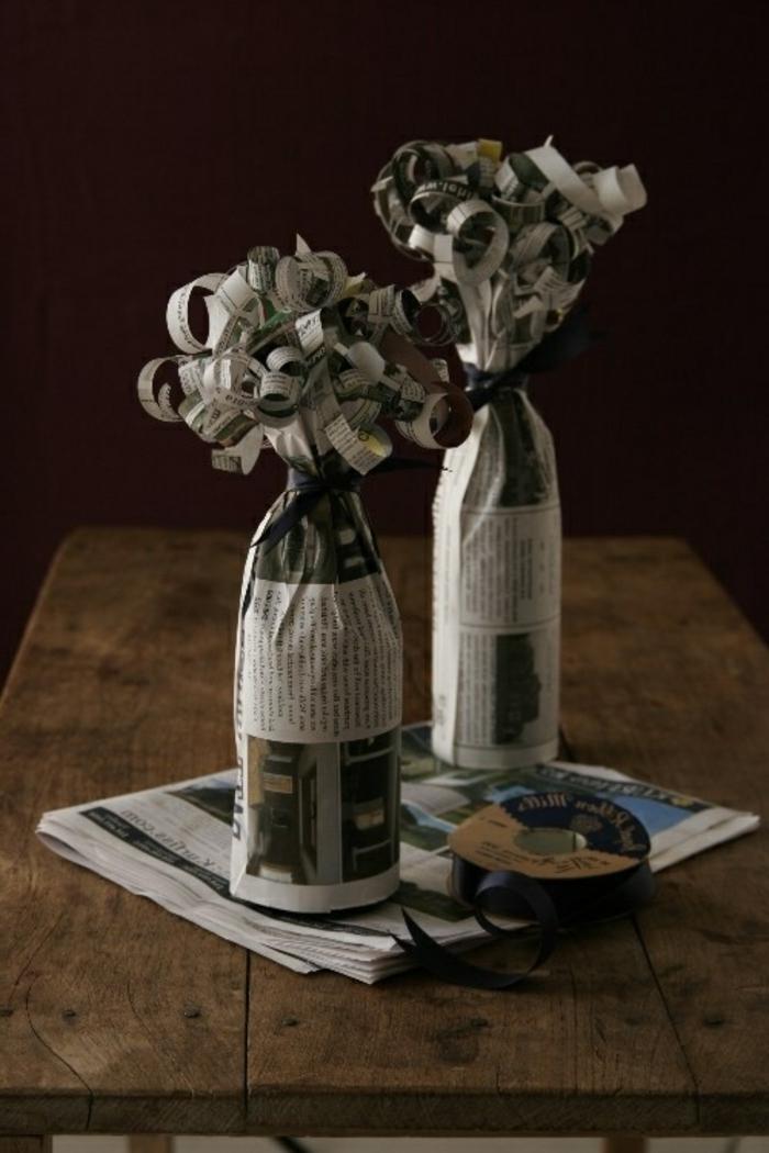 mit Zeitung Flasche einpacken, wie Blumen formen, zwei Flaschen mit dieser Technik hergestellt